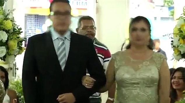 Khoảnh khắc sát thủ đi ngay sau cô dâu chú rể chỉ ít giây trước khi nổ súng trong đám cưới - Ảnh 2.