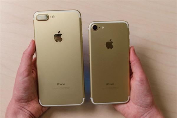 """Doanh số """"khủng"""" của bộ đôi iPhone 7/7 Plus đã giúp Apple đạt được kỷ lục doanh thu trong quý vừa qua"""