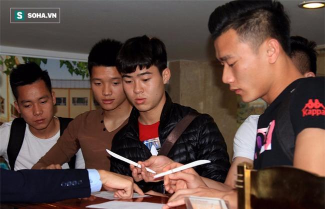 HLV Hữu Thắng hành động bất ngờ trong ngày U23 Việt Nam hội quân - Ảnh 10.