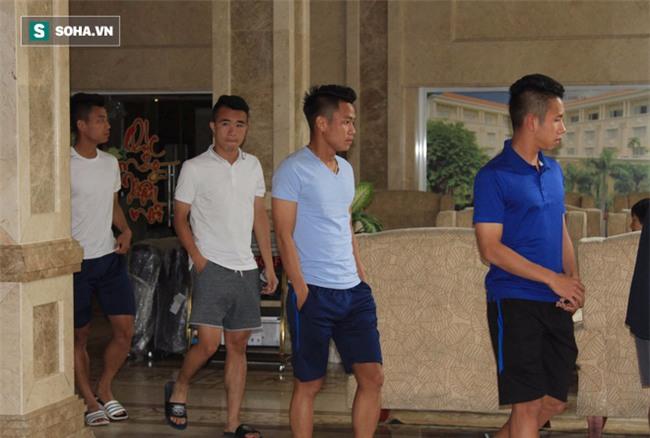 HLV Hữu Thắng hành động bất ngờ trong ngày U23 Việt Nam hội quân - Ảnh 11.