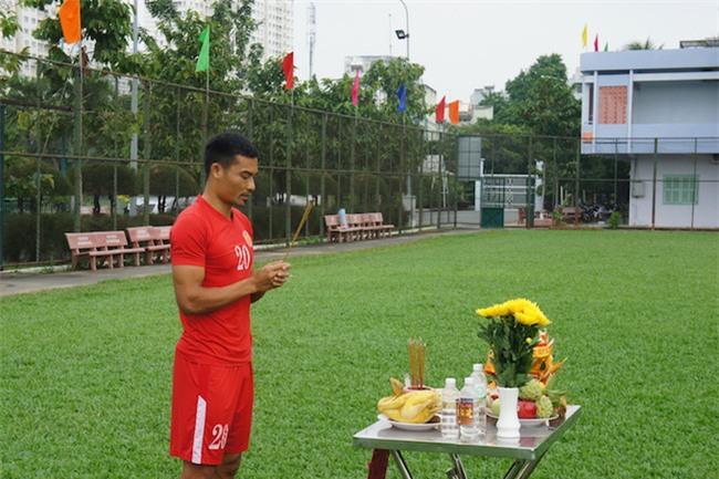 Chủ tịch CLB TPHCM Lê Công Vinh lì xì năm mới cho các cầu thủ - Ảnh 1.