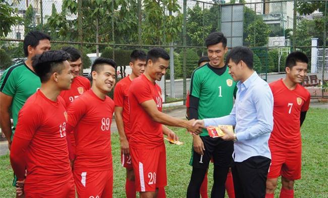 Chủ tịch CLB TPHCM Lê Công Vinh lì xì năm mới cho các cầu thủ - Ảnh 3.