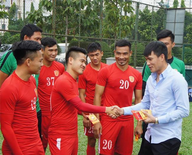 Chủ tịch CLB TPHCM Lê Công Vinh lì xì năm mới cho các cầu thủ - Ảnh 4.