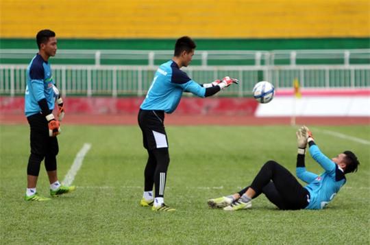 Do HLV thủ môn Võ văn Hạnh chưa kịp tập trung nên các thủ môn phải tự tập với nhau