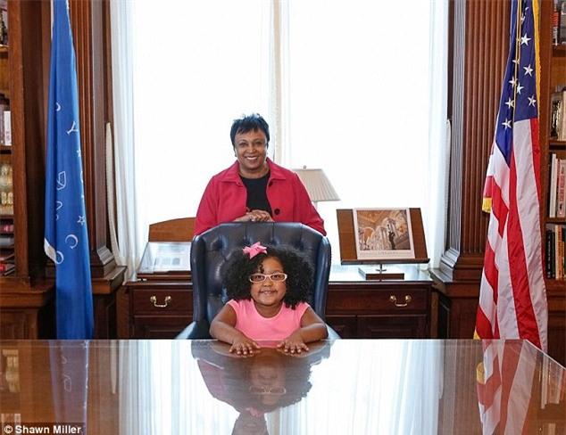 Ngả mũ kính phục bé gái 4 tuổi đọc hết 1.000 cuốn sách - 1