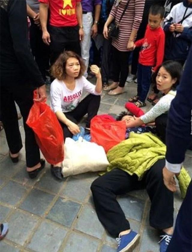 Hình ảnh bà cụ nằm dưới đất được lan truyền trên mạng xã hội facebook khiến dư luận bức xúc.