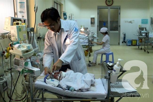 Cứu sống một bé trai sơ sinh 10 ngày bị tắc dạ dày không thể tiêu hóa sữa - Ảnh 1.
