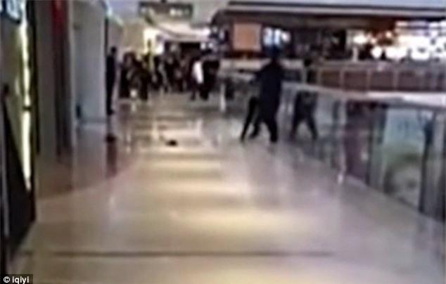 Video sốc: Cãi nhau, nam thanh niên cố gắng ném bạn gái từ tầng 3 của trung tâm thương mại xuống đất - Ảnh 3.