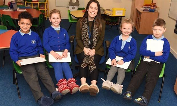 Cô giáo Samantha Johnson và học sinh Trường tiểu học Findern ở thành phố Derby (Anh) rất hào hứng trước quy định được đi dép lê ở lớp. Thầy phó hiệu trưởng cho biết các em rất thích được đi dép lê ở trường.