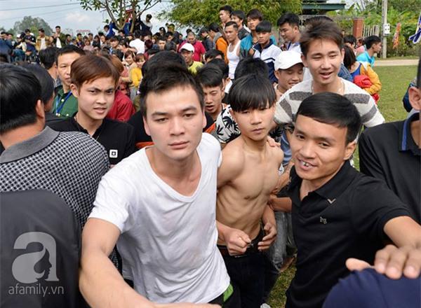 Hàng trăm nam thanh niên lao vào cướp một cái chiếu cói để mong sinh... quý tử - Ảnh 2.