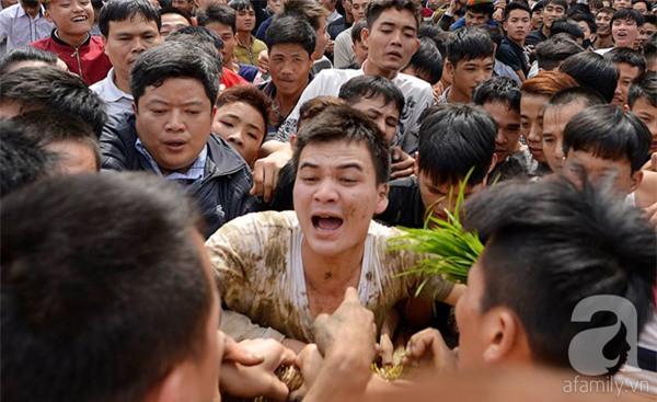 Hàng trăm nam thanh niên lao vào cướp một cái chiếu cói để mong sinh... quý tử - Ảnh 3.
