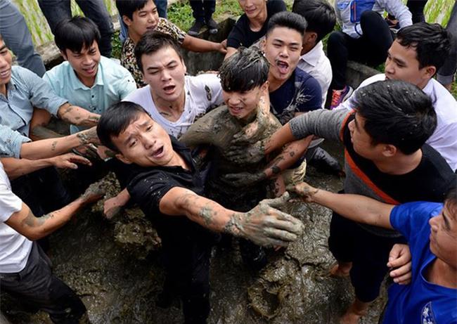 Hàng trăm nam thanh niên lao vào cướp một cái chiếu cói để mong sinh... quý tử - Ảnh 6.
