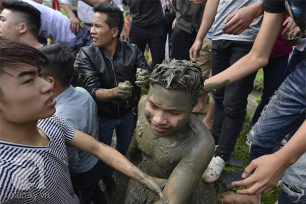 Hàng trăm nam thanh niên lao vào cướp một cái chiếu cói để mong sinh... quý tử - Ảnh 7.