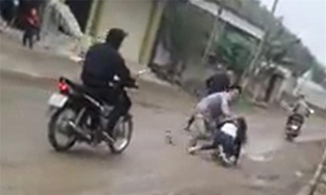 Clip: Cô gái gào khóc thảm thiết khi bị nhóm thanh niên bắt vợ giữa ban ngày ở Nghệ An - Ảnh 2.