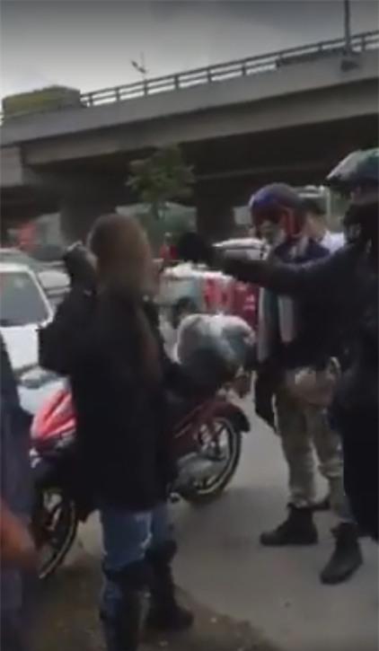 Nữ phượt thủ dùng gạch đe dọa tài xế taxi sau khi va chạm - Ảnh 2.