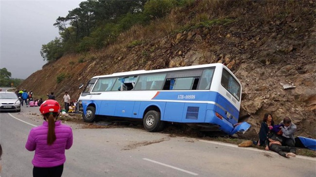 Hà Nội: Ô tô mất lái lao vào vách núi, 1 người chết, nhiều người bị thương - Ảnh 1.