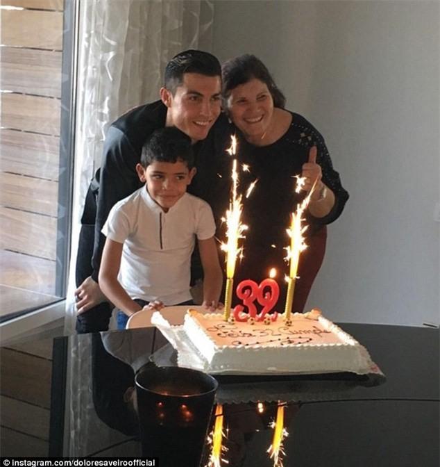 Ngo lo ban gai, Ronaldo don sinh nhat ben me va con trai hinh anh 1