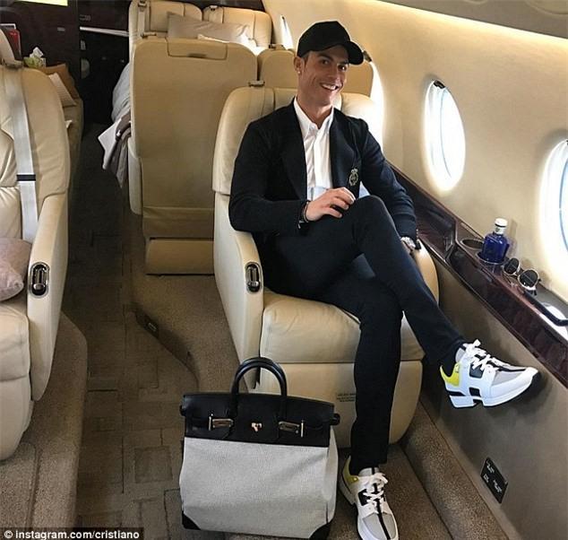 Ngo lo ban gai, Ronaldo don sinh nhat ben me va con trai hinh anh 2