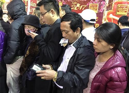 Bế con nhỏ xếp hàng từ 5 giờ sáng mua vàng vía Thần Tài