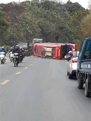 Hòa Bình: Mất phanh, lái xe khách nhanh trí cho xe lao vào vách núi - Ảnh 1.
