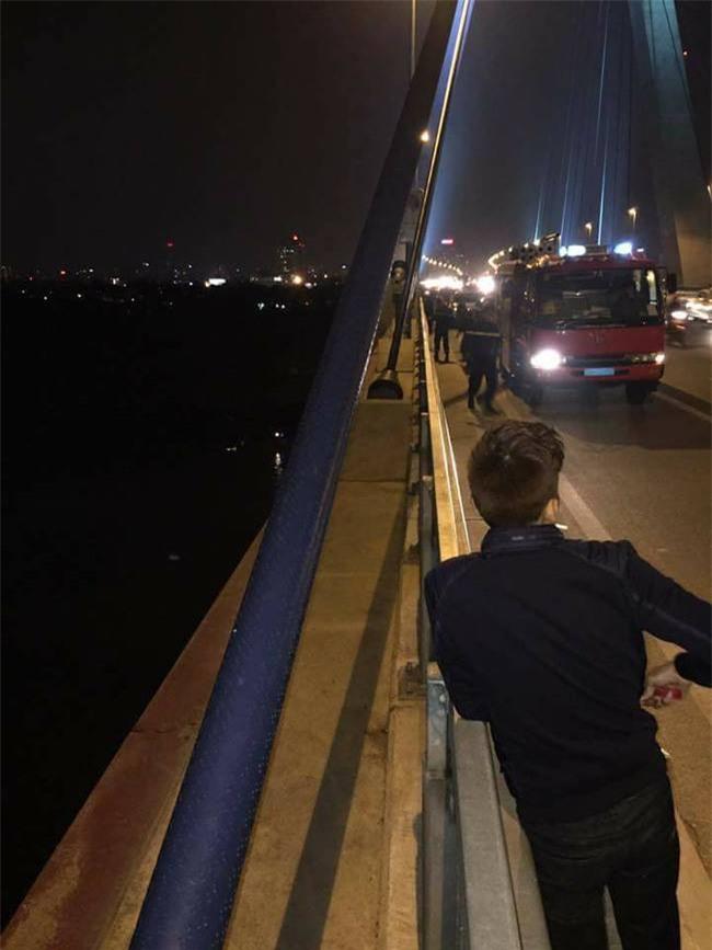 Hà Nội: Trèo qua lan can cầu Nhật Tân đi vệ sinh, người đàn ông trượt chân ngã xuống sông Hồng mất tích - Ảnh 1.