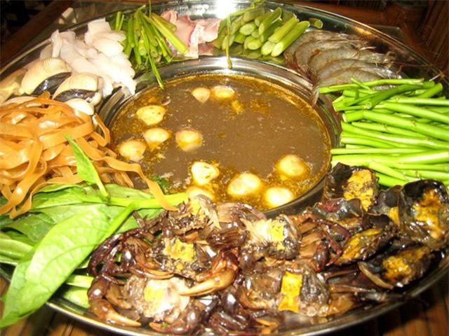 Lẩu cua đồng kiểu Sài Gòn cũng là một biến tấu đặc sắc từ cua đồng khó bỏ qua.