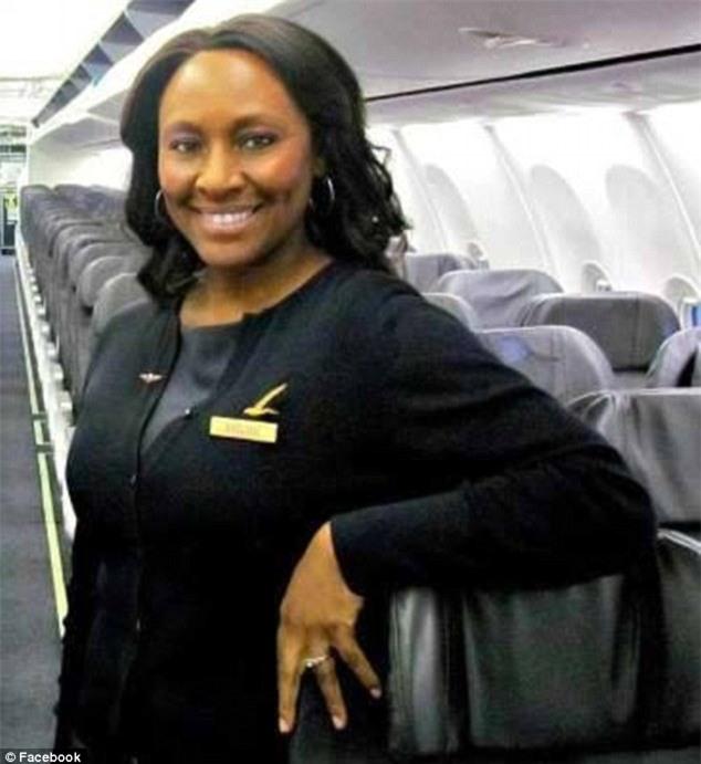 Mảnh giấy để lại trong toilet máy bay vạch trần kẻ buôn người, giúp nữ tiếp viên hàng không giải cứu bé gái 14 tuổi - Ảnh 1.