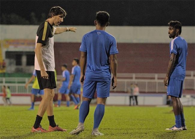 Hình ảnh đối lập trước giờ G của U23 Việt Nam và U23 Malaysia - Ảnh 2.