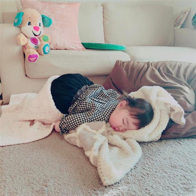 Không chỉ ăn giỏi, bé 2 tuổi người Nhật còn có thể ngủ trên mọi địa hình khiến các mẹ mê mẩn - Ảnh 1.