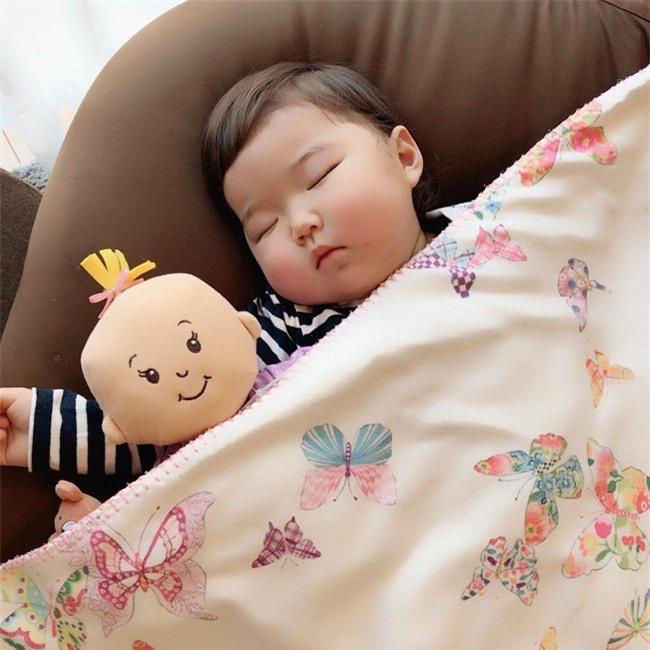Không chỉ ăn giỏi, bé 2 tuổi người Nhật còn có thể ngủ trên mọi địa hình khiến các mẹ mê mẩn - Ảnh 18.