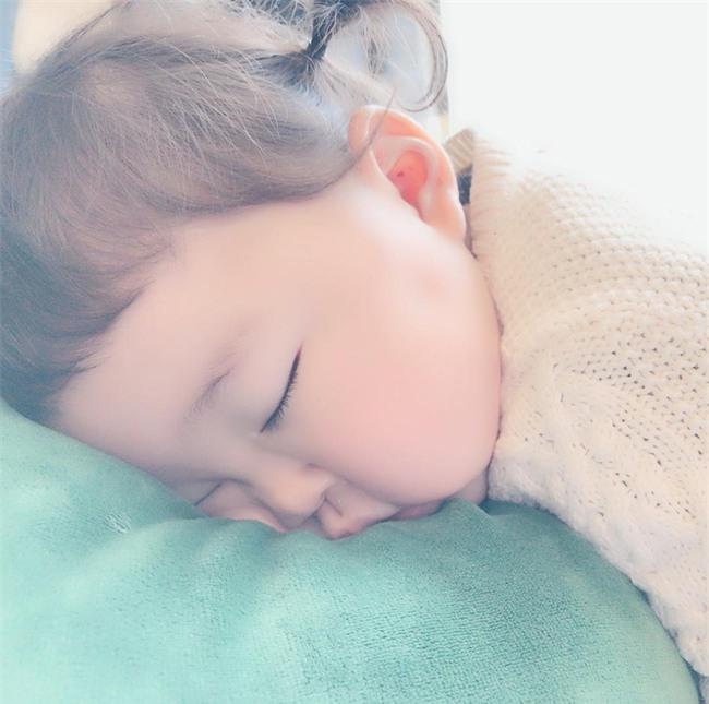 Không chỉ ăn giỏi, bé 2 tuổi người Nhật còn có thể ngủ trên mọi địa hình khiến các mẹ mê mẩn - Ảnh 21.