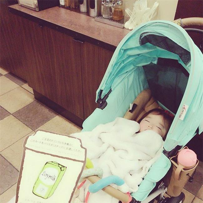 Không chỉ ăn giỏi, bé 2 tuổi người Nhật còn có thể ngủ trên mọi địa hình khiến các mẹ mê mẩn - Ảnh 22.