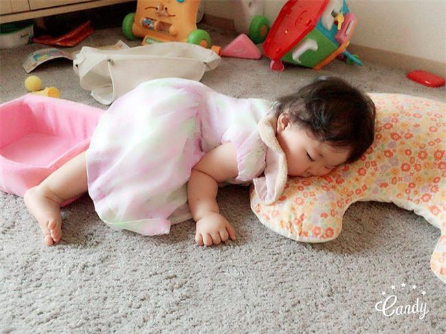 Không chỉ ăn giỏi, bé 2 tuổi người Nhật còn có thể ngủ trên mọi địa hình khiến các mẹ mê mẩn - Ảnh 2.
