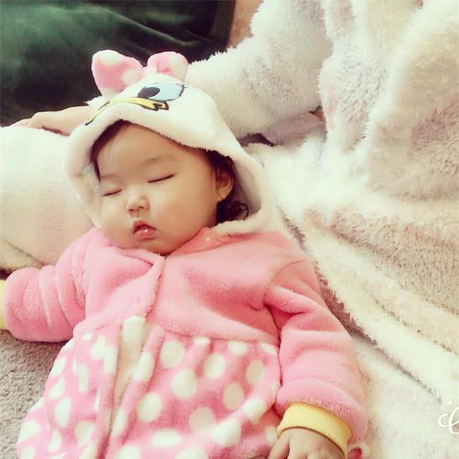 Không chỉ ăn giỏi, bé 2 tuổi người Nhật còn có thể ngủ trên mọi địa hình khiến các mẹ mê mẩn - Ảnh 13.