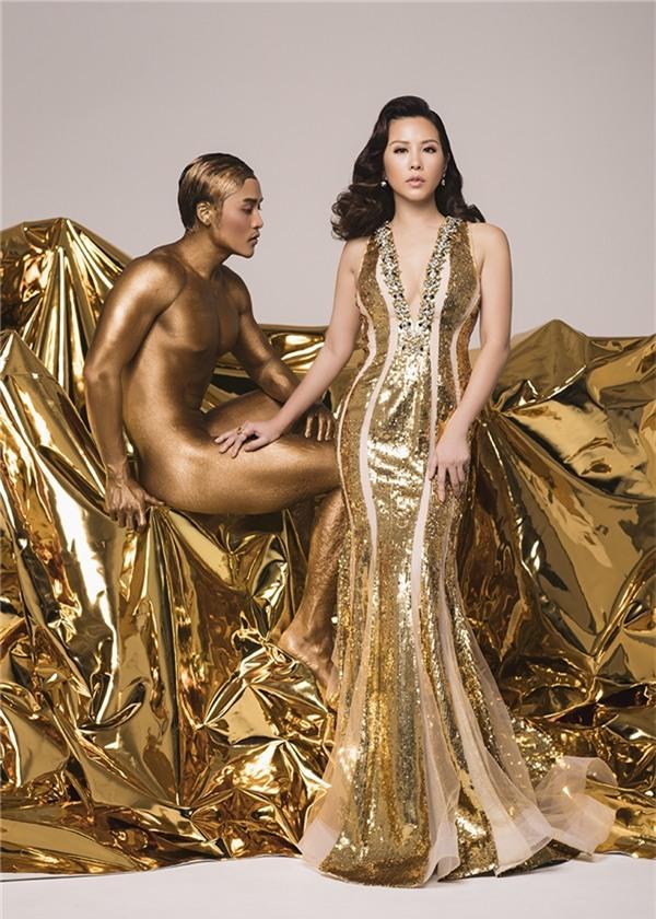 Trong loạt ảnh mang tên Goddess Beauty, Thu Hoài xuất hiện vô cùng quyến rũ trong những bộ cánh lấy sắc vàng ánh kim làm chủ đạo. Chất liệu tua rua hay voan lụa kết hợp sequins mang đến vẻ ngoài lộng lẫy tựa như nữ thần cho Thu Hoài.