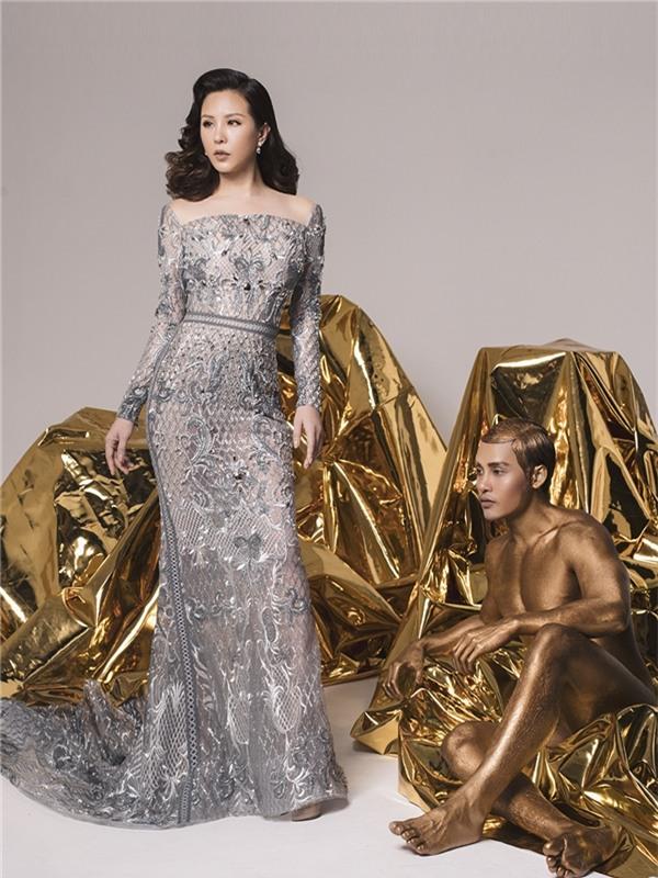 Thân hình cân đối, gợi cảm luôn giúp Hoa hậu Phu nhân người Việt tự tin khoe dáng trong những thiết kế ôm sát hay đường cut-out táo bạo.