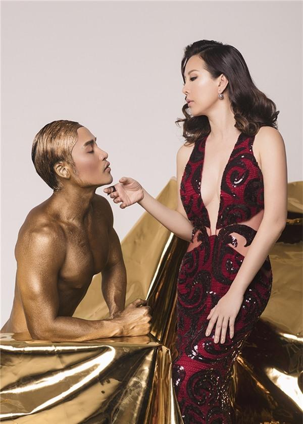 """Từng cử chỉ hay ánh nhìn đều toát lên sự kiêu hãnh, uy quyền của một """"nữ thần sắc đẹp"""". Kết đôi cùng Thu Hoài trong loạt ảnh này chính là chuyên gia trang điểm của cô - nghệ danh Kunny Lee. Đây cũng là người đồng hành quen thuộc, góp phần tạo nên thành công của Hoa hậu Thu Hoài."""
