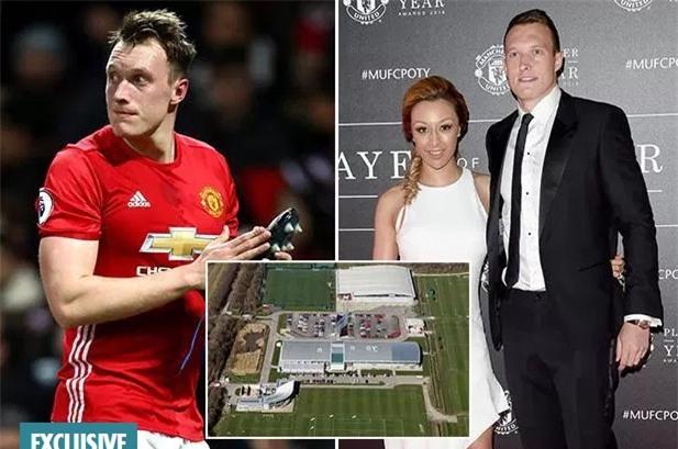 Sao Man Utd bị trộm đồ trang sức mua tặng vợ sắp cưới - Ảnh 1.
