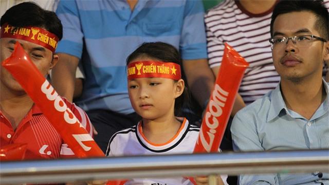Chi tiết đáng chú ý là khán giả nhí được cha, mẹ dắt đến sân xem bóng đá ngày càng nhiều hơn