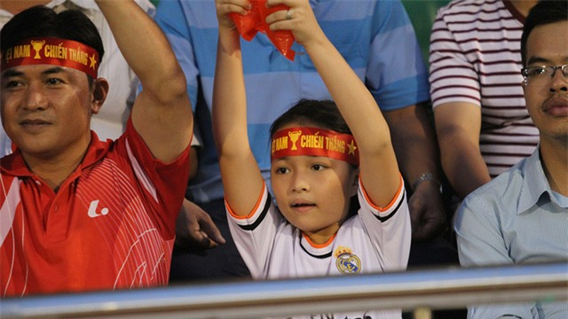 Em gái này cũng như cha, phấn khích với đội tuyển