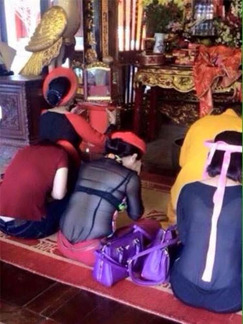Hai cô gái trẻ ngồi lên tượng phật để tạo dáng chụp ảnh khiến nhiều người phẫn nộ - Ảnh 3.