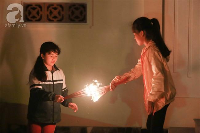 Hà Nội: Hàng trăm người đổ xô đi xin lửa lấy đỏ rồi mang lửa về nhà trong đêm khuya - Ảnh 10.