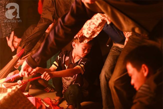 Hà Nội: Hàng trăm người đổ xô đi xin lửa lấy đỏ rồi mang lửa về nhà trong đêm khuya - Ảnh 11.