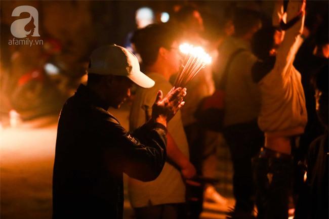 Hà Nội: Hàng trăm người đổ xô đi xin lửa lấy đỏ rồi mang lửa về nhà trong đêm khuya - Ảnh 12.