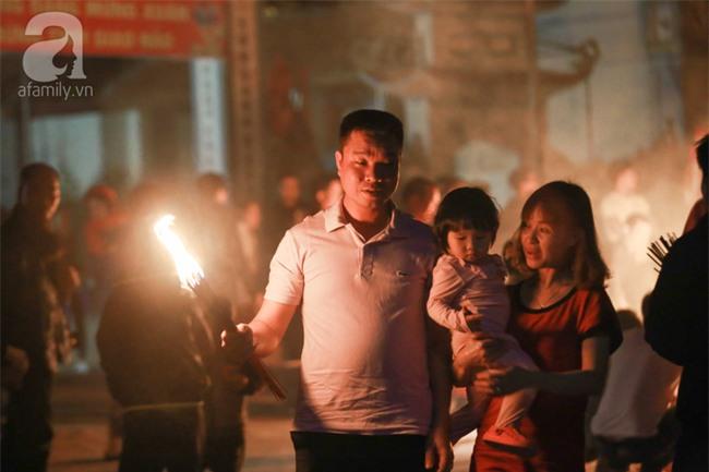 Hà Nội: Hàng trăm người đổ xô đi xin lửa lấy đỏ rồi mang lửa về nhà trong đêm khuya - Ảnh 13.