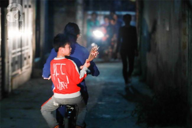 Hà Nội: Hàng trăm người đổ xô đi xin lửa lấy đỏ rồi mang lửa về nhà trong đêm khuya - Ảnh 14.