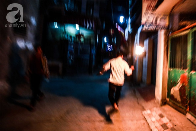 Hà Nội: Hàng trăm người đổ xô đi xin lửa lấy đỏ rồi mang lửa về nhà trong đêm khuya - Ảnh 15.