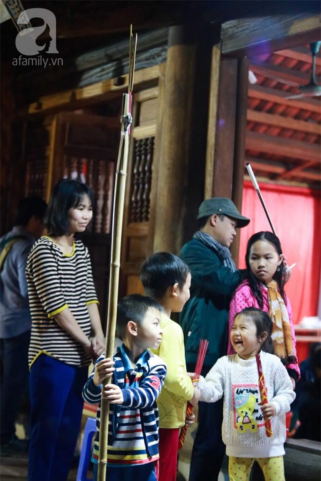 Hà Nội: Hàng trăm người đổ xô đi xin lửa lấy đỏ rồi mang lửa về nhà trong đêm khuya - Ảnh 2.