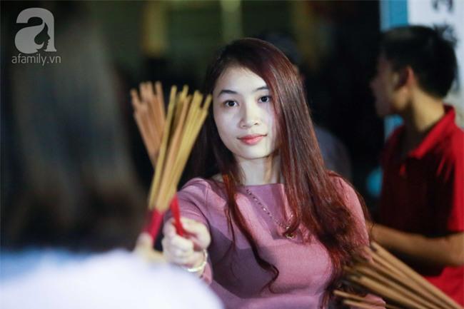 Hà Nội: Hàng trăm người đổ xô đi xin lửa lấy đỏ rồi mang lửa về nhà trong đêm khuya - Ảnh 5.