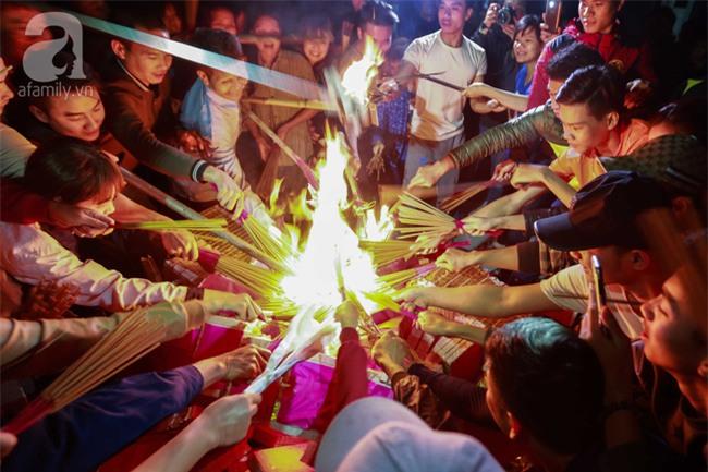 Hà Nội: Hàng trăm người đổ xô đi xin lửa lấy đỏ rồi mang lửa về nhà trong đêm khuya - Ảnh 7.